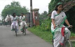 自転車に乗る女学生